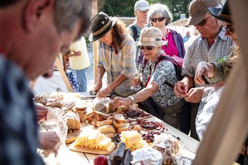 Am Säumertrek-Markt in Andermatt probieren viele die Köstlichkeiten aus dem Graubünden. (Andrea Badrutt, Andermatt, 17.7.2019)
