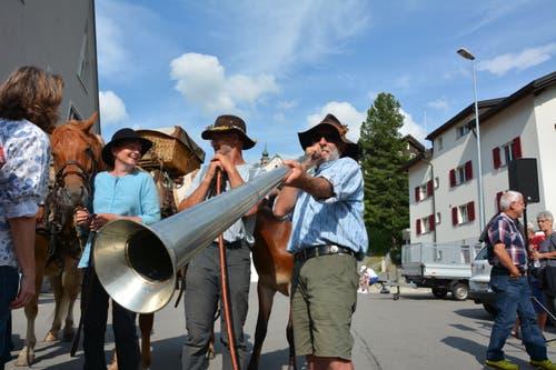 """Christian Hasler aus Donat (Graubünden) spielt die Tiba. """"Die Tibas sind quasi die Vor-, Vorläufer des Handys. Die Tiba wurde benutzt, um Signale zu senden, dazu gab es gewisse Töne und Rhythmen"""", sagt er. Das traditionelle Instrument stammt aus dem Bündner-Oberland. (Bild: Christian Tschümperlin, Andermatt, 17. Juli 2019)"""