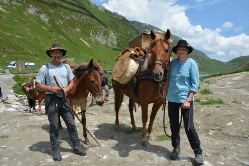 Die Säumer auf dem Weg vom Oberalppass nach Andermatt. Links: Sepp Durrer aus Obwalden. (Bild: Christian Tschümperlin, Andermatt, 17. Juli 2019)