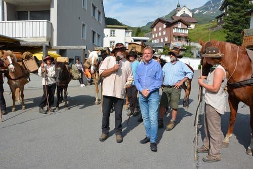 Graubünden Viva Säumertrek: Reto Dürst bedankt sich bei Sozialvorsteher Jost Meyer für die Unterstützung durch die Gemeinde. (Bild: Christian Tschümperlin, Andermatt, 17. Juli 2019)