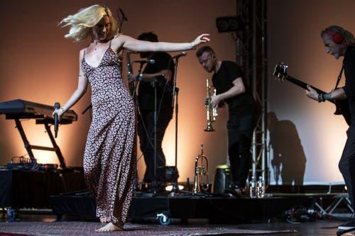 Barfüssig auf der Bühne und bewegungsfreudig: Joss Stone. (Bild: Alexandra Wey/Keystone, Luzern, 19. Juli 2019)