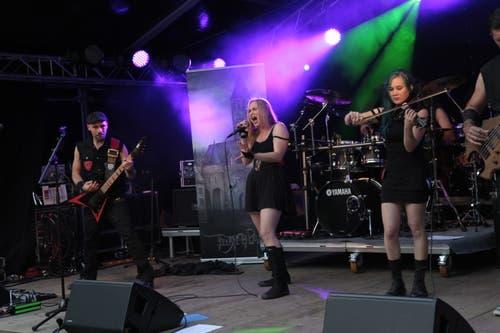 Die Band Infinitas aus dem Muotathal eröffnete das Festival. (Bild: Florian Arnold, Unterschächen, 19.7.2019)