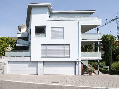 In diesem Haus hat ein Schweizer Vater seine Familie ausgelöscht. Die Polizei fand die vier Toten am Donnerstagabend. (Bild: KEYSTONE/ENNIO LEANZA)