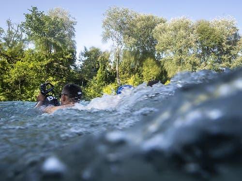 Übermut und unangepasstes Verhalten am und im Wasser kann rasch fatale, manchmal tödliche Folgen haben. Die meisten Todesopfer sind junge Männer zwischen 15 und 30 Jahren. (Archivbild). (Bild: KEYSTONE/ANTHONY ANEX)