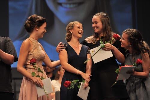 Die Berufsmaturandinnen Gesundheit/Soziales sind happy: (von links) Janine Brand (Zweite von links) gewann den UKB-Preis. Rahel Walker (Zweite von rechts) und Patrizia Kempf (rechts) gehörten zu den ersten Gratulantinnen. (Bild: Urs Hanhart, Altdorf, 2. Juli 2019)