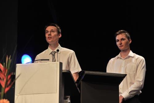 Lukas Arnold (links) und Fabio Püntener heilten Rückschau auf ihre Lehrzeit. (Bild: Urs Hanhart, Altdorf, 2. Juli 2019)