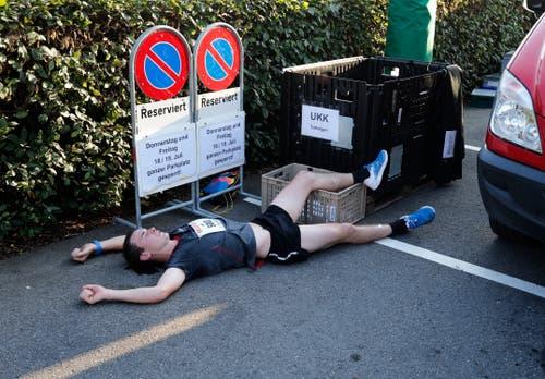 Ein erschöpfter Läufer im Ziel. (Bild: Stefan Kaiser, Oberägeri, 19. Juli 2019)
