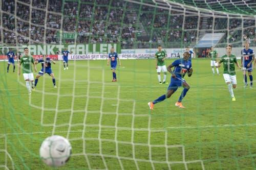 Luzerns Blessing Eleke verwandelt einen Elmeter zum 1:0. (Bild: KEYSTONE/Georgios Kefalas, St. Gallen, 20. Juli 2019)
