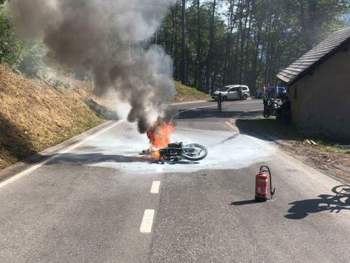 Nach einem Selbstunfall auf der Klausenstrasse fing ein Motorrad wegen auslaufendem Benzin Feuer. Der Lenker verletzte sich geringfügig. (Bild: Kantonspolizei Glarus)