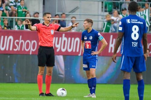 Schiedsrichter Lionel Tschudi zeigt an, dass er den Video Assistant Referee (VAR) konsultieren wird. (Bild: Martin Meienberger/freshfocus, St. Gallen, 20. Juli 2019)