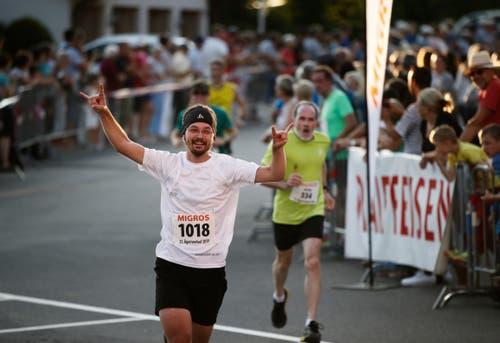 Raphael von Bürgen freut sich beim Zieleinlauf. (Bild: Stefan Kaiser, Oberägeri, 19. Juli 2019)