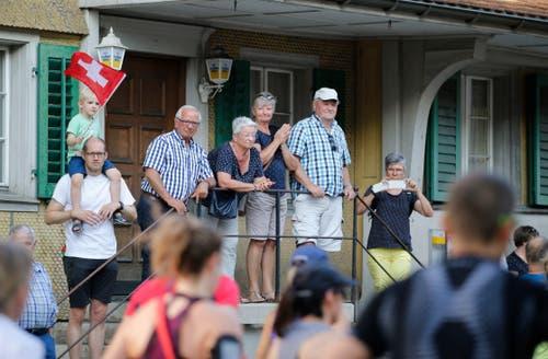 Auch die Zuschauer fiebern mit den Läufern mit. (Bild: Stefan Kaiser, Oberägeri, 19. Juli 2019)