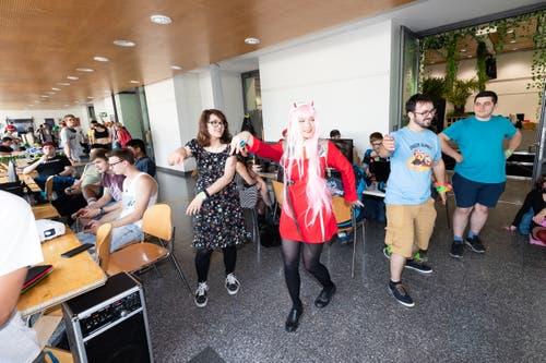An der Unicon spielen Besucher das Game «Just Dance».(Bild: Roger Zbinden, Zug, 20. Juli 2019)