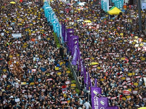 In Hongkong gingen am Sonntag erneut Zehntausende auf die Strasse. Im Mittelpunkt stand die Forderungen nach einem förmlichen Rückzug des umstrittenen geplanten Auslieferungsgesetzes. (Bild: KEYSTONE/AP/VINCENT YU)