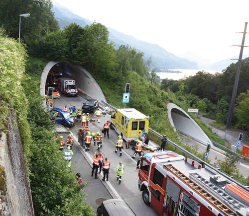 Eine Frontalkollision auf der Autobahn A3 beim Walensee hat am Montagabend ein Todesopfer gefordert. (Bild: Kapo SG)