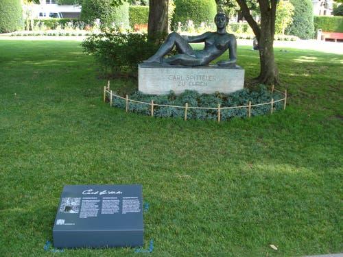 Bronzefigur «Die Liegende», zu Ehren des Literatur Nobelpreisträger Carl Spitteler. Davor steht die neue Tafel. (Bild: PD)