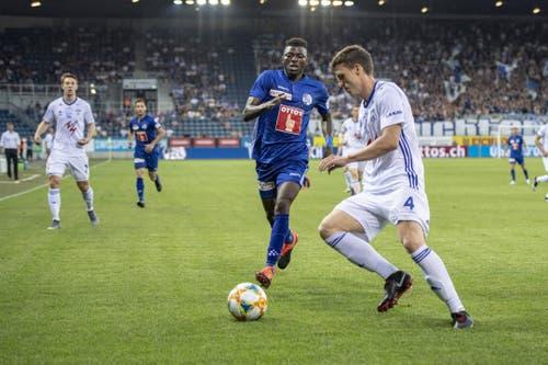 Eric Tia (FC Luzern, links) und Deni Pavlovic. (Bild: KEYSTONE/Urs Flueeler)