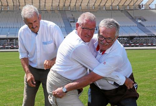 Auch OK-Präsident Heinz Tännler (links) und Paul Vogel, Obmann des Schwingerverbandes, greifen zusammen. (Bild: Andy Mettler / Swiss-Image, 24. Juli 2019)