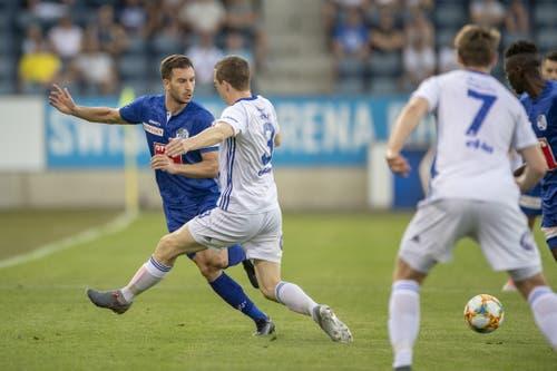 Orar Kakabadze (FC Luzern, links) und Isak Simonsen (Mitte). (Bild: KEYSTONE/Urs Flueeler)