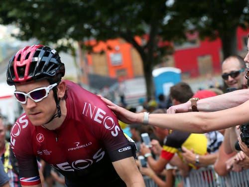 Geraint Thomas wird vor dem Start zur 19. Etappe von einer Zuschauerin angefeuert (Bild: KEYSTONE/AP/THIBAULT CAMUS)