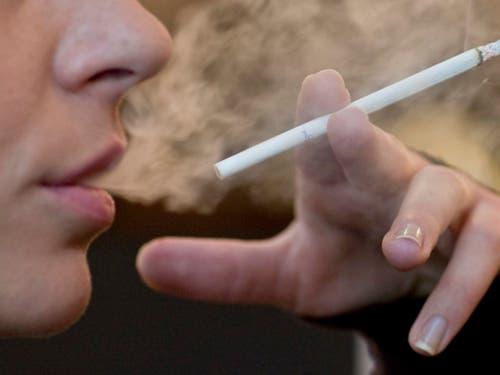 Jedes Jahr sterben weltweit 8 Millionen Menschen durch Tabakkonsum. Die Weltgesundheitsorganisation WHO kritisiert, es gebe noch zu wenig Hilfe beim Ausstieg aus der Sucht. (Bild: KEYSTONE/ALESSANDRO DELLA BELLA)