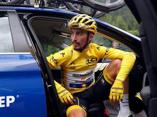 Nach dem vorzeitigen Abbruch der 19. Etappe wartet Julian Alaphilippe, der das Gelbe Trikot nicht verteidigen konnte, sitzend im Deceuninck-Teamauto auf weitere Informationen (Bild: KEYSTONE/AP/THIBAULT CAMUS)