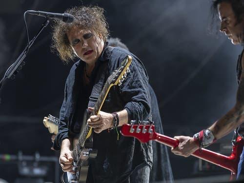 The Cure feierten am Paléo ihr 40. Bandjubiläum: Sänger Robert Smith (links) zusammen mit dem Bassisten Simon Gallup während ihres mitreissenden Konzerts. (Bild: KEYSTONE/MARTIAL TREZZINI)
