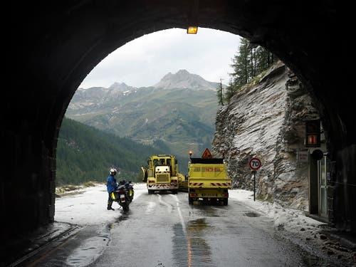 Auf die Schnelle konnte die Strasse nach dem heftigen Regen- und Hagel-Schauer nicht hergerichtet werden (Bild: KEYSTONE/EPA/YOAN VALAT)