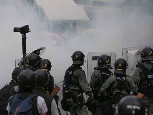 Tränengasnebel zwischen Polizei und Demonstrierenden in Hongkong. (Bild: KEYSTONE/EPA/JEROME FAVRE)