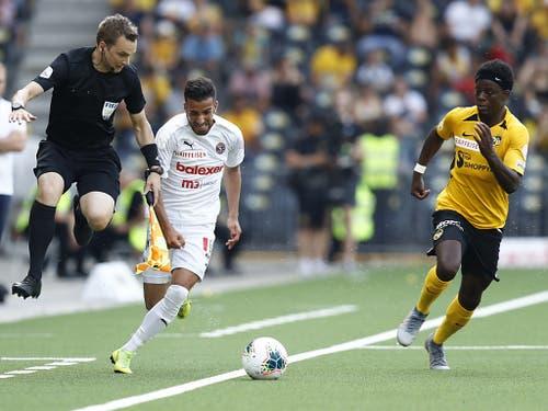 Servettes neuer Stürmer Varol Tasar beschäftigt hier im Match gegen YB auch den Schiedsrichterassistenten (Bild: KEYSTONE/PETER KLAUNZER)