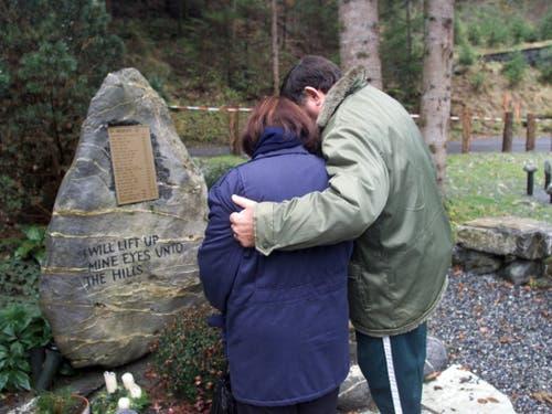 Die Erinnerung: Angehörige eines der Opfer des Canyoning-Unglücks trauern beim Gedenkstein in der Nähe des Saxetbachs. (Bild: KEYSTONE/ALESSANDRO DELLA VALLE)