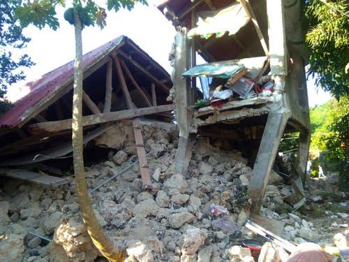 Zerstörtes Haus in Itbayat im äussersten Norden der Philippinen nach einem starken Erdbeben am Samstag. (Bild: KEYSTONE/AP/AGNES SALENGUA NICO)