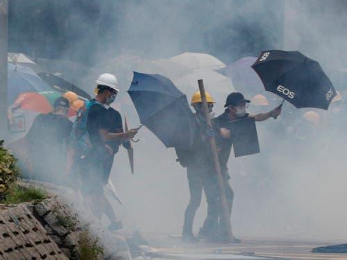 Schirme im Tränengasnebel: in Hongkong sind die Proteste am Samstag erneut eskaliert. (Bild: KEYSTONE/AP/BOBBY YIP)