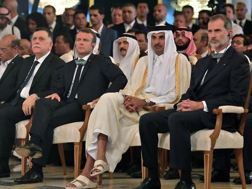 Persönlichkeiten aus dem In- und Ausland erwiesen Béji Caïd Essebsi die letzte Ehre. Von links an rechts: Tunesiens Interims-Präsident Marzouki (Dezember 2011 bis 2014), Libyens Regierungschef Sarradsch, Frankreichs Präsident Macron, Katars Emir Tamim bin Hamad Al Thani und Spaniens König Felipe. (Bild: KEYSTONE/EPA AFP POOL/FETHI BELAID / POOL)