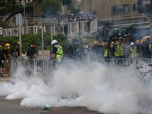 Die Polizei hat Tränengas gegen die Demonstranten in Hongkong eingesetzt. (Bild: KEYSTONE/EPA/JEROME FAVRE)