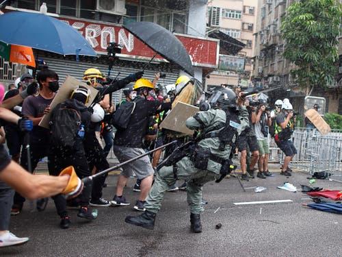 Die Konfrontation zwischen Demonstranten und Sicherheitskräften in Hongkong eskalierte am Samstag erneut. (Bild: KEYSTONE/AP HK01/ERIC TSANG)