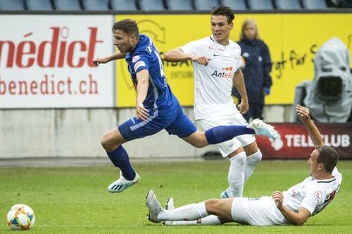 Luzerns Idriz Voca gegen Zürichs Benjamin Kololli und Denis Popovic (von links). (Bild: Alexandra Wey/Keystone, Luzern, 28. Juli 2019)
