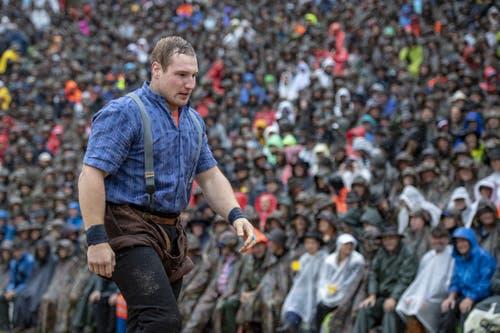 Joel Wicki während dem 1. Gang. Er siegt gegen den Berner Bernhard Kämpf (Bild: Urs Flüeler / Keystone, 28. Juli 2019)