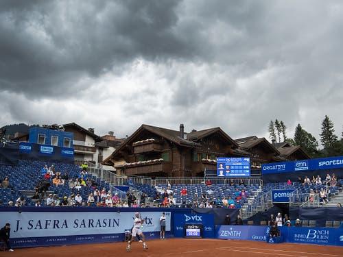Das schlechte Wetter seit Freitagabend kostete die Organisatoren an den lukrativsten zwei Tagen viele Zuschauer (Bild: KEYSTONE/PETER SCHNEIDER)