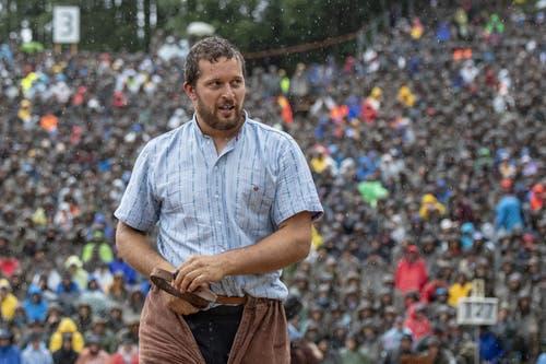 Marcel Mathis im 1. Gang beim traditionellen Brünigschwinget: Er lässt sich vom schlechten Wetter nicht beeindrucken. (Bild: Urs Flüeler / Keystone, 28. Juli 2019)