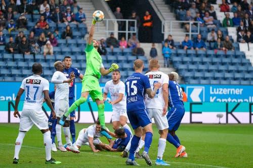 FCZ-Goalie Yanick Brecher geht in die Luft. (Bild: Martin Meienberger/Freshfocus, Luzern, 28. Juli 2019)