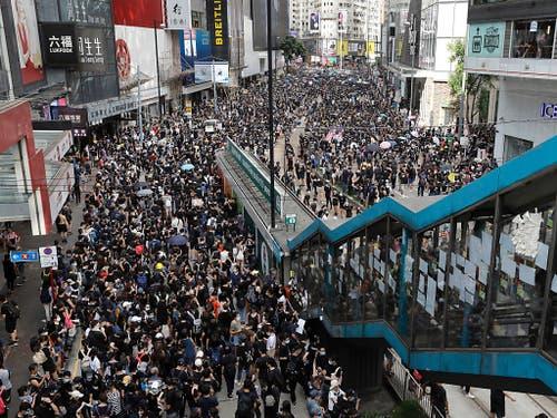 Trotz eines Verbots zogen am Sonntag erneut zehntausende Menschen friedlich durch das Zentrum Hongkongs. (Bild: KEYSTONE/AP/VINCENT YU)