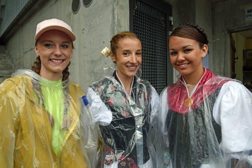 Trotz des Regens herrscht Freude pur bei den jungen Damen aus Kerns und Hasliberg. (Bild: Robert Hess, Brünig, 28. Juli 2019)
