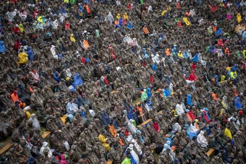 Die Schwingerfans trotzen dem regnerischen Sommerwetter. (Bild: Urs Flüeler / Keystone, 28. Juli 2019)