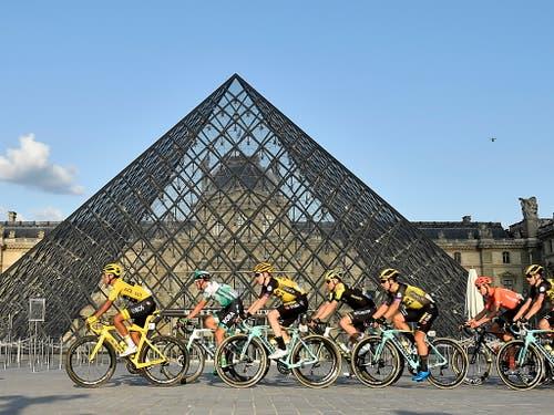 Tour-Sieger Egan Bernal in Paris vor der Louvre-Pyramide (Bild: KEYSTONE/EPA POOL/JULIEN DE ROSA / POOL)