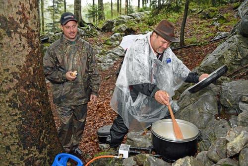 Zur Tradition gehören die Älplermagronen einer Gruppe aus Horw, die im Wald oberhalb der Arena kocht. (Bild: Robert Hess, Brünig, 28. Juni 2019)