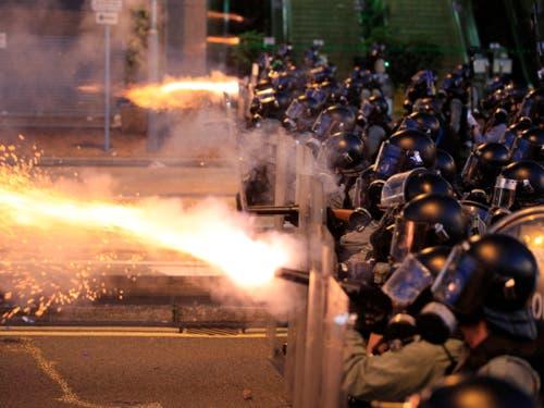 In der Nähe der chinesischen Vertretung setzte die Polizei am Abend (Ortszeit) Tränengas und Gummigeschosse gegen die verbliebenen Demonstranten ein. (Bild: KEYSTONE/AP HK01/JEFF CHENG)