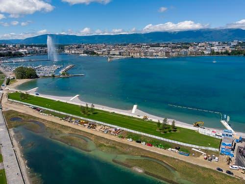 Das Schwimmen in der Genferseebucht im 23 Grad warmen Wasser war trotz Regenwetter ein Vergnügen. (Bild: KEYSTONE/SALVATORE DI NOLFI)