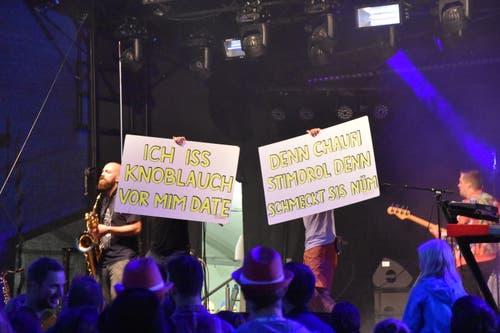 «Anarchie, wenn keine luegt», singen Les Touristes und helfen dem Publikum beim Mitsingen. (Bild: Ruben Schönenberger)