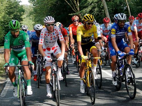 Egan Bernal (in Gelb) umrahmt von den weiteren Trikotträgern Peter Sagan (in Grün), Romain Bardet (Zweiter von links) und dem Franzosen Julian Alaphilippe (rechts) (Bild: KEYSTONE/AP/THIBAULT CAMUS)